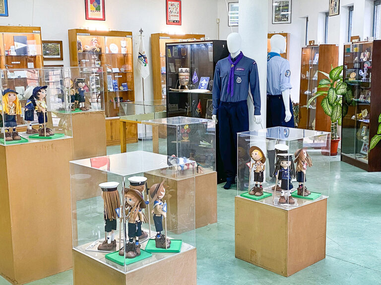 Objetos escutistas em exposição no Museu do CNE.