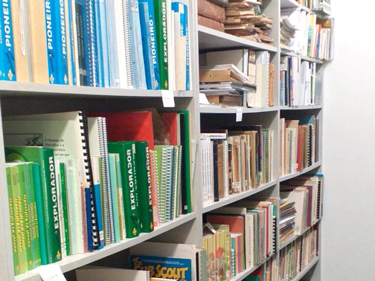 Biblioteca Especializada do CNE - estante com livros